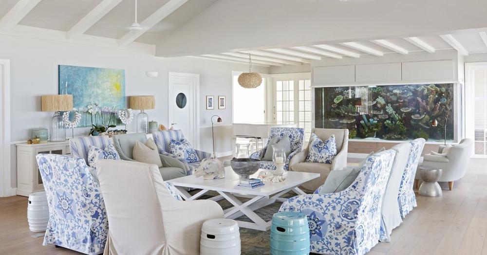 thanda adasında, salonda oturma yeri ve akvaryum bulunan aile odası