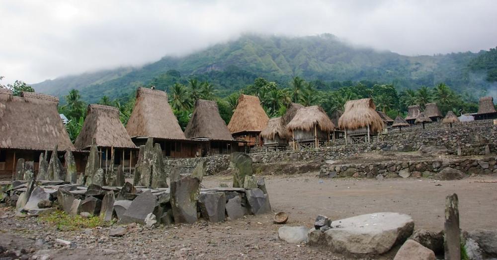 Sazdan çatı evleri ile Ngada köyü bir köy