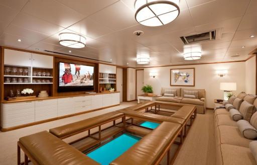 Superyacht Suri gemide medya odasında cam zemin