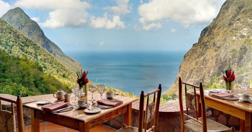 Piton bakan ana tablo nokta ile St Lucia Dasheene restoran