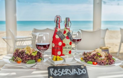 Mallorca, Balearics Ponderosa Plajı'nda açık yemek masası