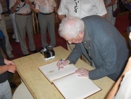 """Will Ferdy tekent het """"Guldenboek"""""""