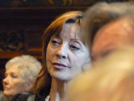 Liliane Saint-Pierre luistert aandachtig naar Will Ferdy