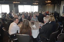 Een volle zaal geniet van het heerlijk buffet en verjaardagsconcert
