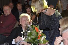 Lilly West schenky bloemen aan de jarige Will Ferdy