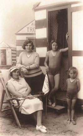 1930 - Aan zee met moeder en zus Rafaella