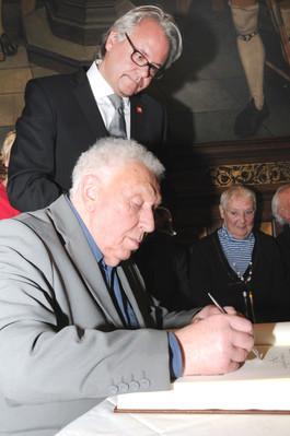 """Will Ferdy ondertekent het """"Gulden Boek"""" van de Stad Antwerpen"""