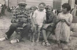 1930 - aan zee met ouders en zuster Rafaella