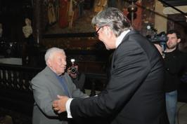 Schepen van Cultuur Philip Heylen verwelkomt Will Ferdy in het Stadhuis van Antwerpen