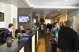 """Will Ferdy's gasten wachten geduldig in de bar van het """"Lindner Hotel & City Lounge"""""""