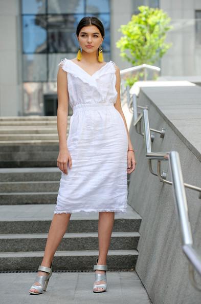 Біла сукня на бретелях