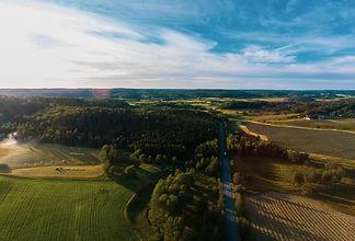 Drönarbild från Jonsered över åker och skog.