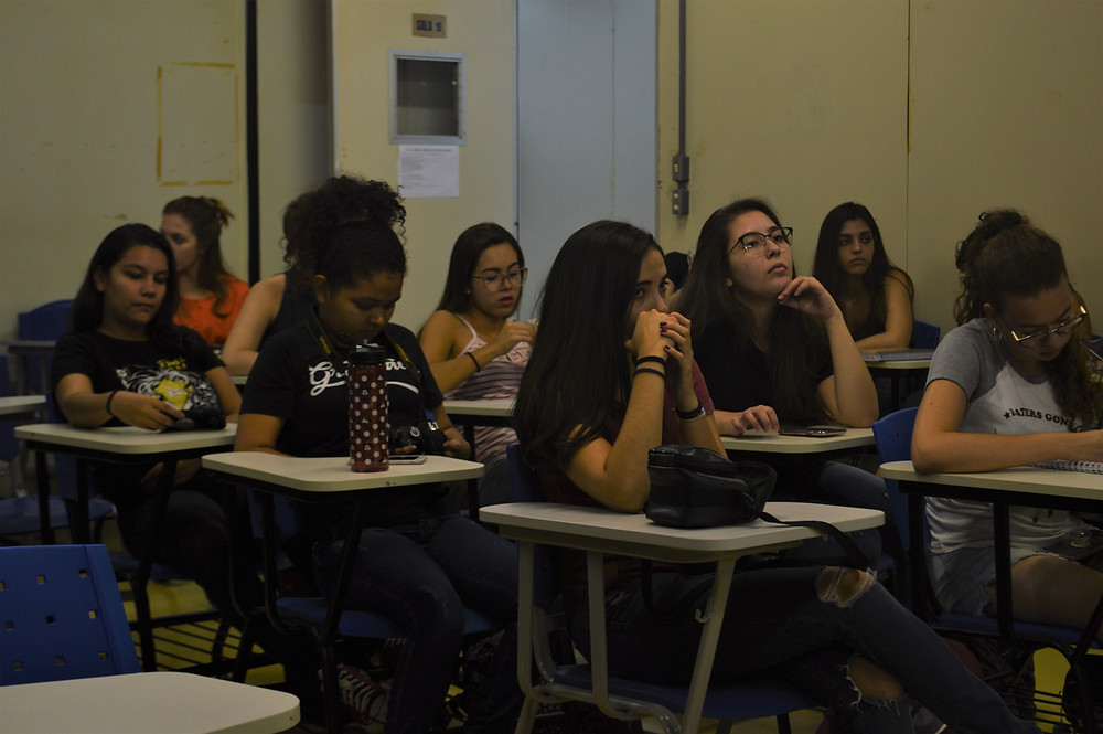 Sala de aula de turma do curso de jornalismo na UFG, todas as estudantes na foto são mulheres.