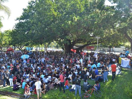 Ato contra cortes na educação reúne 25 mil pessoas em Goiânia