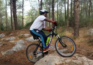 נער רוכב על אופניים