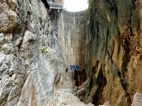 Zur Staumauer des Rio Girona