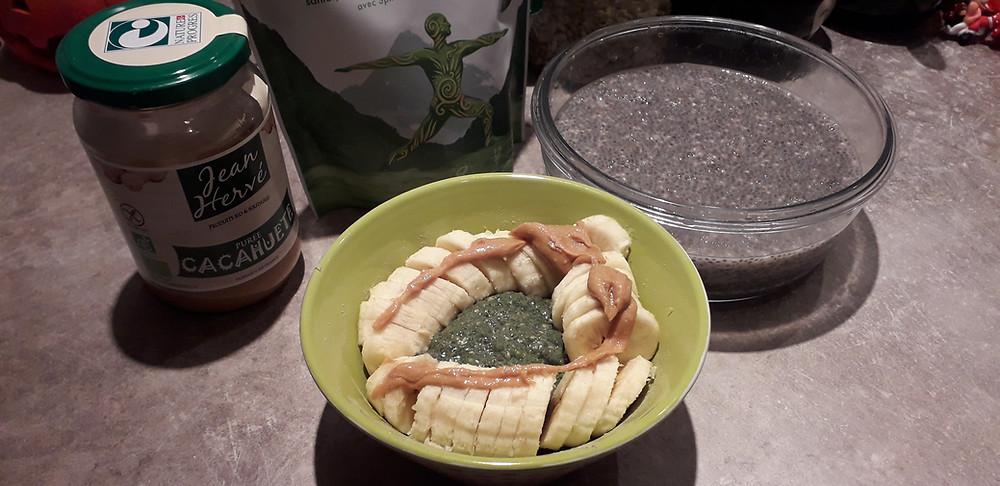 Pudding de chia protéiné. Topping: banane et beurre de cacahuètes