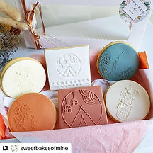 6 Branded Peninsula Nomads cookies in the colours burnt orange, blue, white and off white. Our branded logo is on the custome made cookies and some of the cookies have flowers decorated on them. All cookies are places and wrapped in a beautiful box for customers to enjoy.