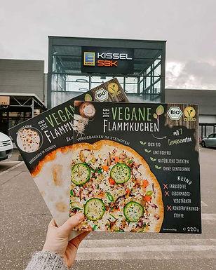 Der Vegane Flammkuchen ist jetzt deutschlandweit in denn's Biomarkt erhältlich