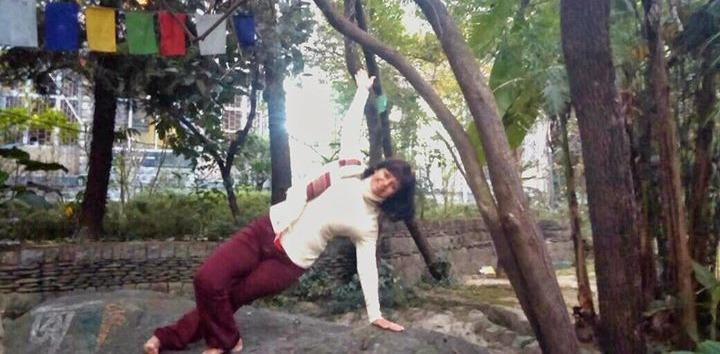BAHUPADÁSANA, posição de força e equilíbrio, confere tônus aos braços, ombros e pernas_edited