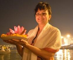 Realizando_uma_PÚJÁ_no_Rio_Ganges,_para_meus_ancestrais,_para_eu_própria_e_para_meus_descendentes_ed
