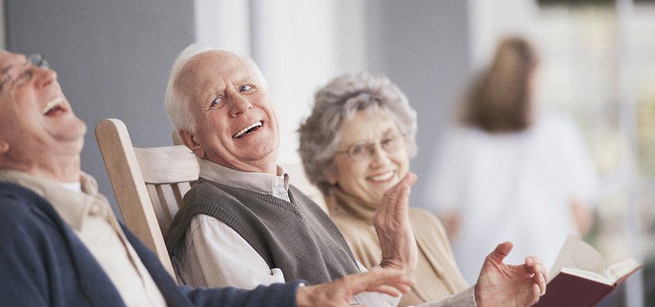 Les personnes âgées riant