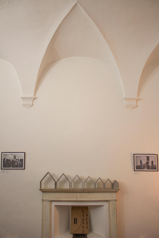 """Lulu Nuti, """"Le plein de mes murs est le vide de leur terre"""", 2020 Cemento e pigmento, Dimensioni variabili"""