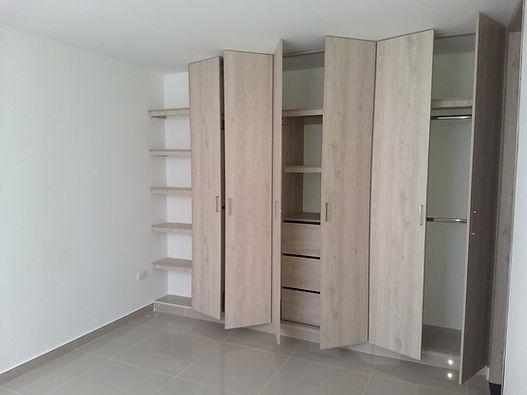 Amplios closets con madera resistente al agua