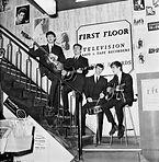 הביטלס מופיעים בחנות התקליטים של בריאן אפשטיין.