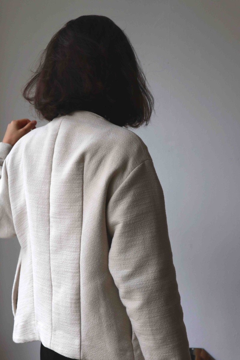 ORTU KUAM   Ortu kam is a short coat with a round neck, side pockets and a front closure. Ideal for spring and autumn days.  Made of linen and cotton.  out of stock