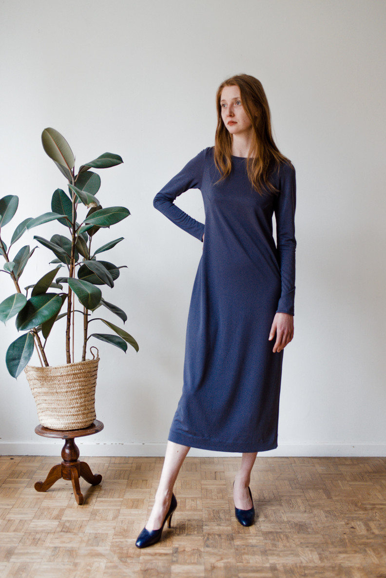 Taman is a comfortable long dress with long sleeves and a round neck.   Made of viscose jersey.   size 2