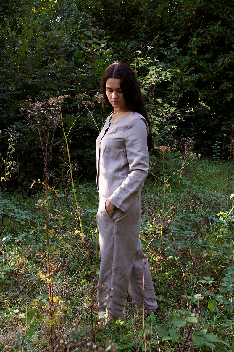 PANTSUIT   Pantsuit is a jumpsuit with long legs, long sleeves, a round neck, side pockets and a front closure.   Made of linen.   size 3  This item is unique.