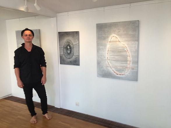 Lucas Silvner vid sin konst.jpg
