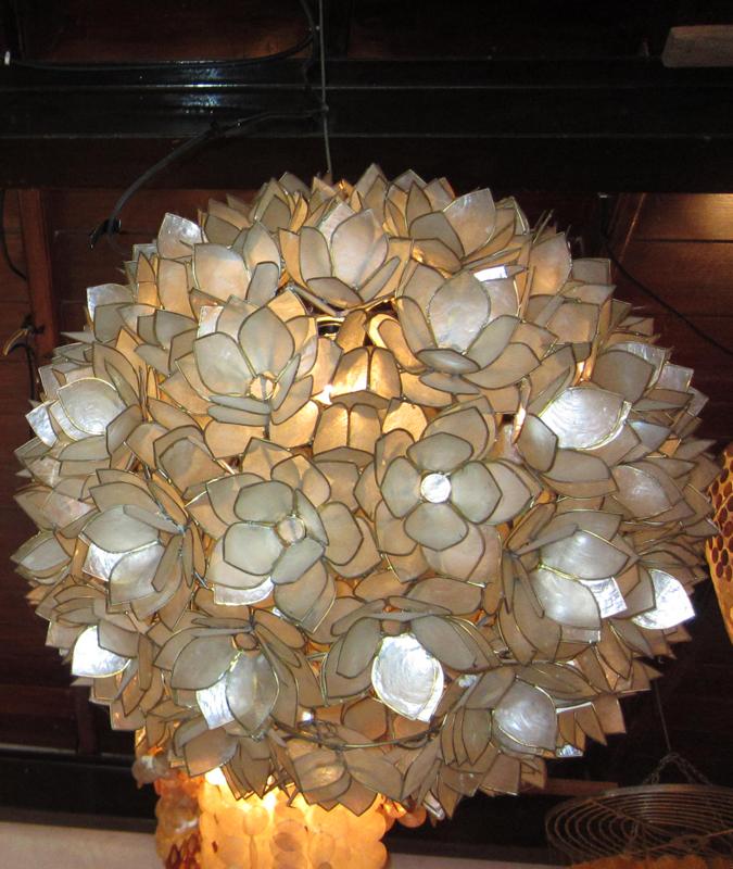 luminaria de teto com conchas grandes em flores
