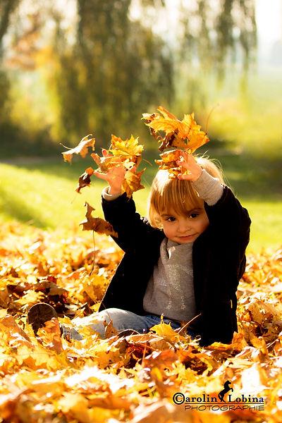 Herbst, Blätter, Kind, Carolin Lobina
