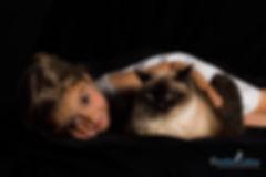 Kind mit Siamkatze im Studio, Taikatze, Carolin Lobina