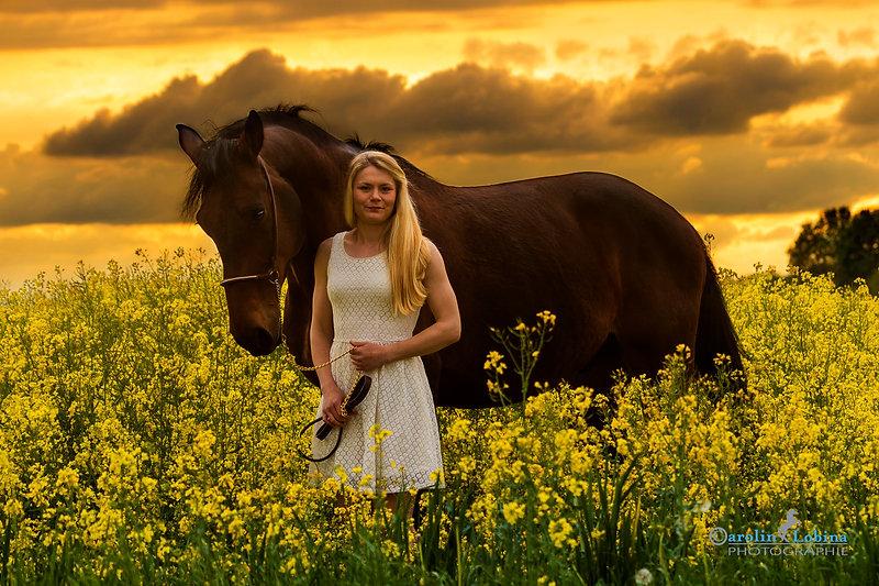 Pferd mit Mädchen im Raps, Carolin Lobina