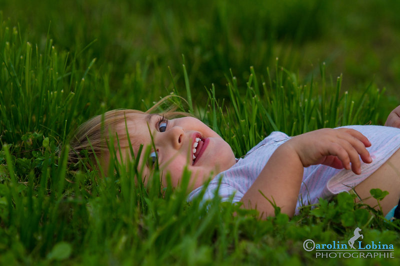 Kind in der Wiese, Kinderportrait, Carolin Lobina