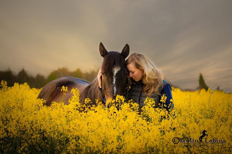 Mädchen mit Pferd im Rapsfeld, Carolin Lobina