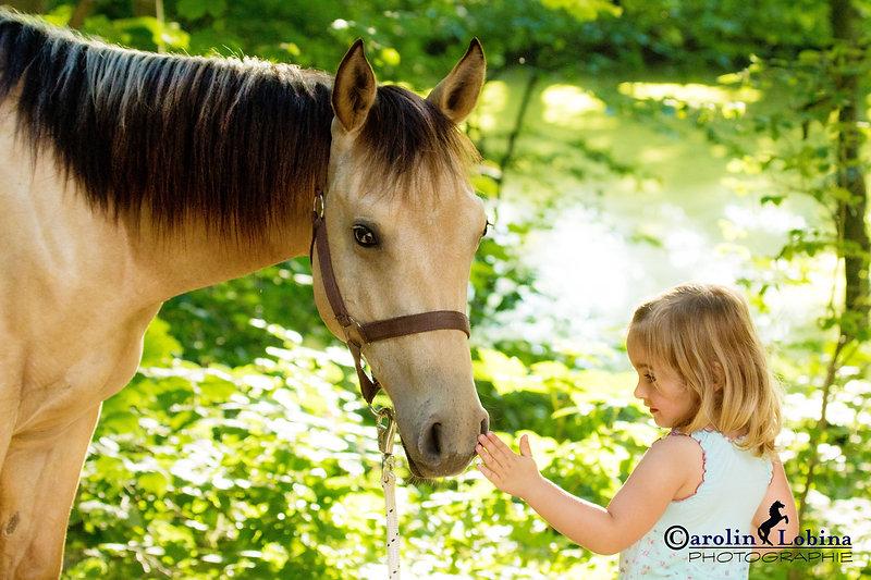 Kind streichelt Pferd, Carolin Lobina