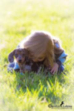 Kind mit Tigerdackel Welpen, Carolin Lobina