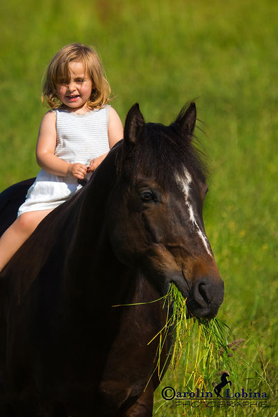 Kind reitet auf Pferd Carolin Lobina