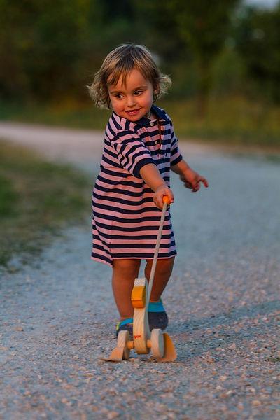 Kind mit Schiebeente, Carolin Lobina