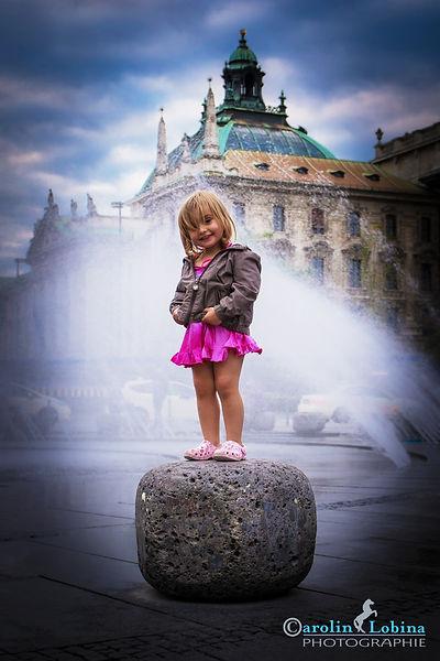 Kind vor Brunnen, Oberlandesgericht, Stachus, Carolin Lobina