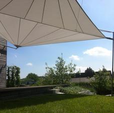 Sonnensegel an Holzhaus