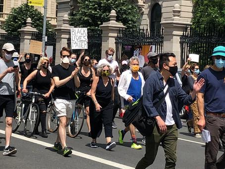 ニューヨークの平和な抗議活動をご覧ください。