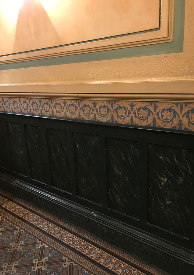 Entrée d'immeuble Lyon - faux-marbre et frise