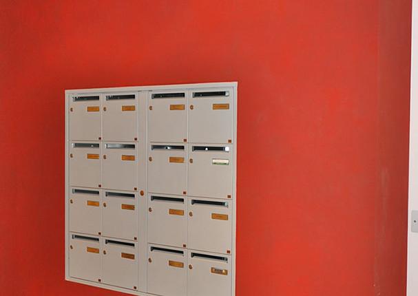 Entrée d'immeuble Lyon - mur texturé rouge soutenu