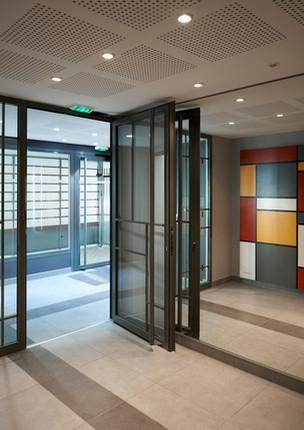 Entrée d'immeuble typée Piet Mondrian