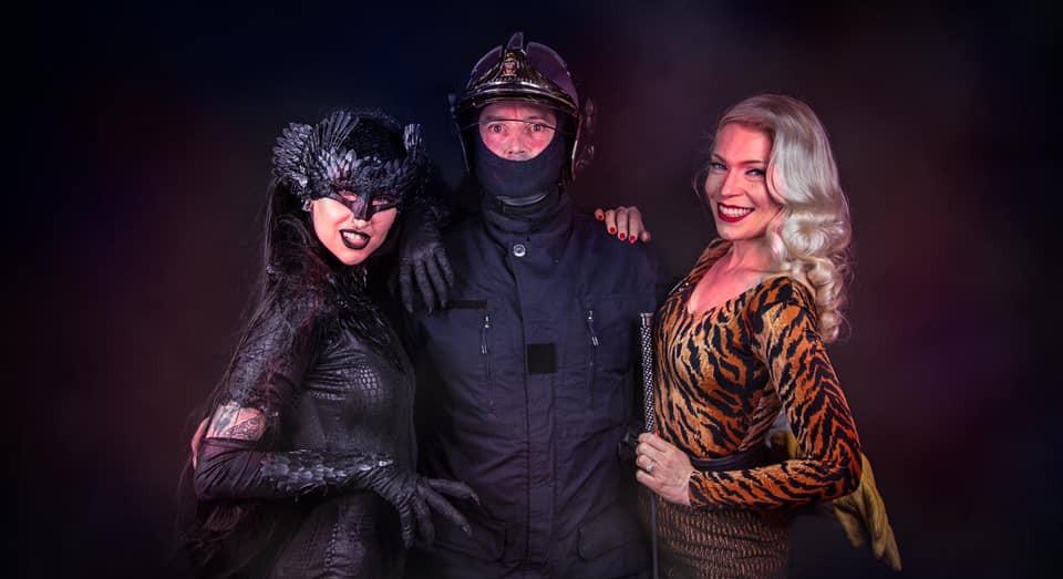Un pompier heureux avec Petula et Shelly d'Inferno